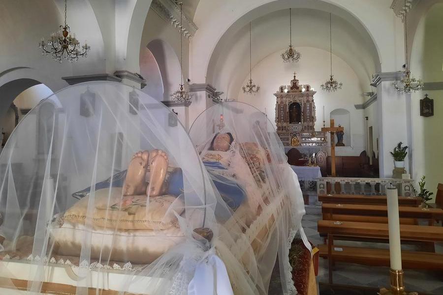 La statua della Madonna senza i sandali, subito dopo il furto nella chiesa san Pieto apostolo a Pirri\u00A0 (foto Vercelli)