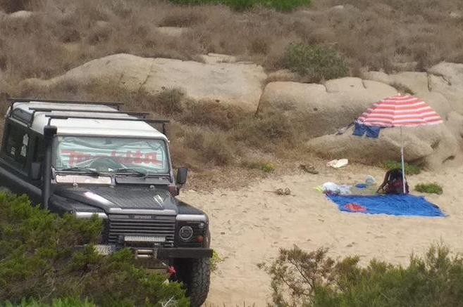 Villasimius, parcheggia il fuoristrada in spiaggia e piazza l'ombrellone: turista multato