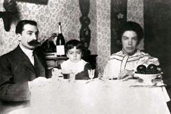 Grazia Deledda con il marito e il figlio (le foto sono L'Unione Sarda e Wikipedia)