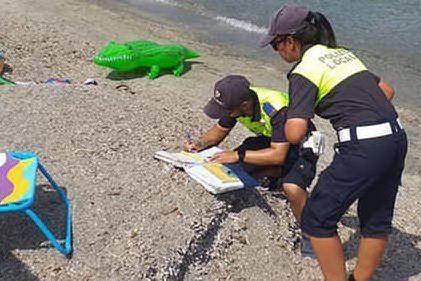 Spegne i mozziconi in spiaggia: Villasimius, 200 euro di multa a un turista bolognese