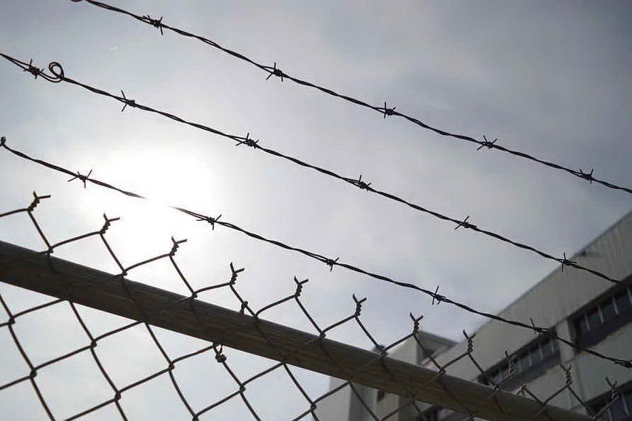 Coronavirus, è rivolta anche nelle carceri: muore un detenuto