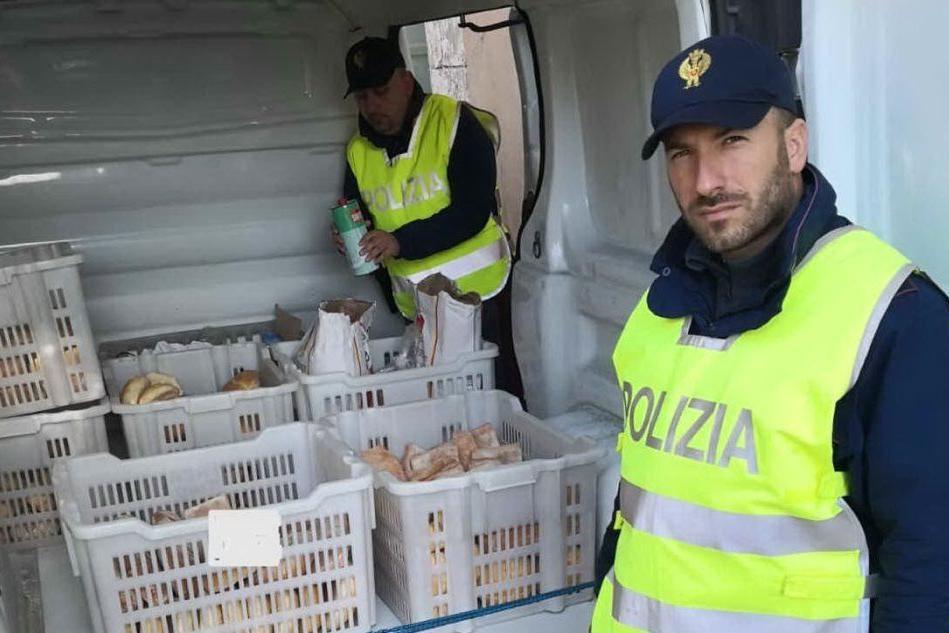 Il furgone fermato dalla polizia (Foto E.Sanna)
