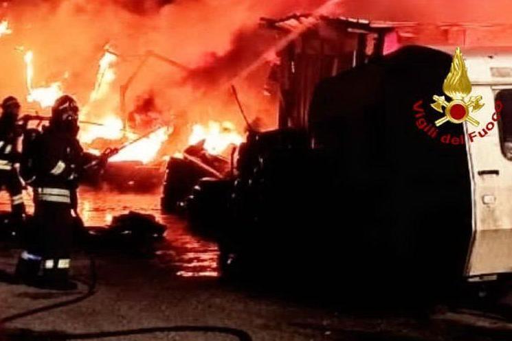 Quartu, vasto incendio in un deposito di gomme