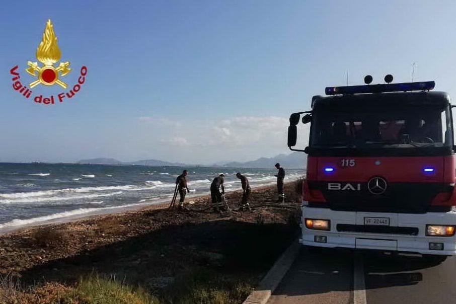 Alghe in fiamme nella spiaggia di Giorgino, fumo sulla 195
