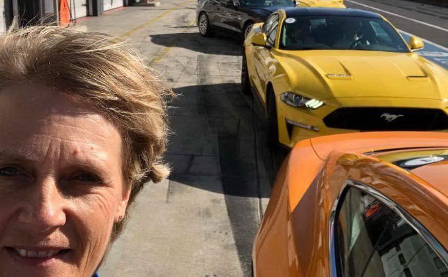 Sui social pubblica numerose foto di auto particolari e delle sue gare