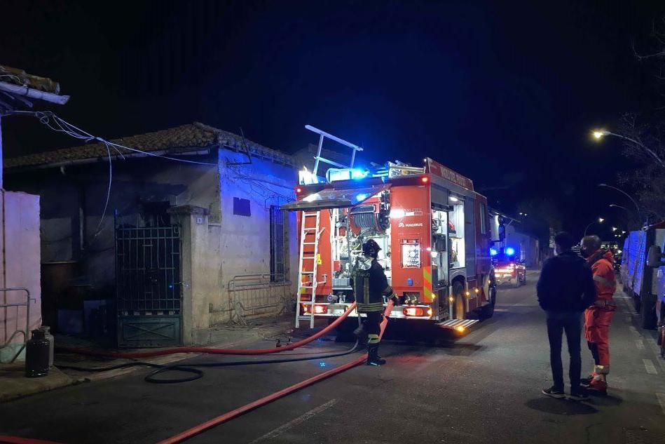 Oristano, fiamme nella baraccopoli dei rom