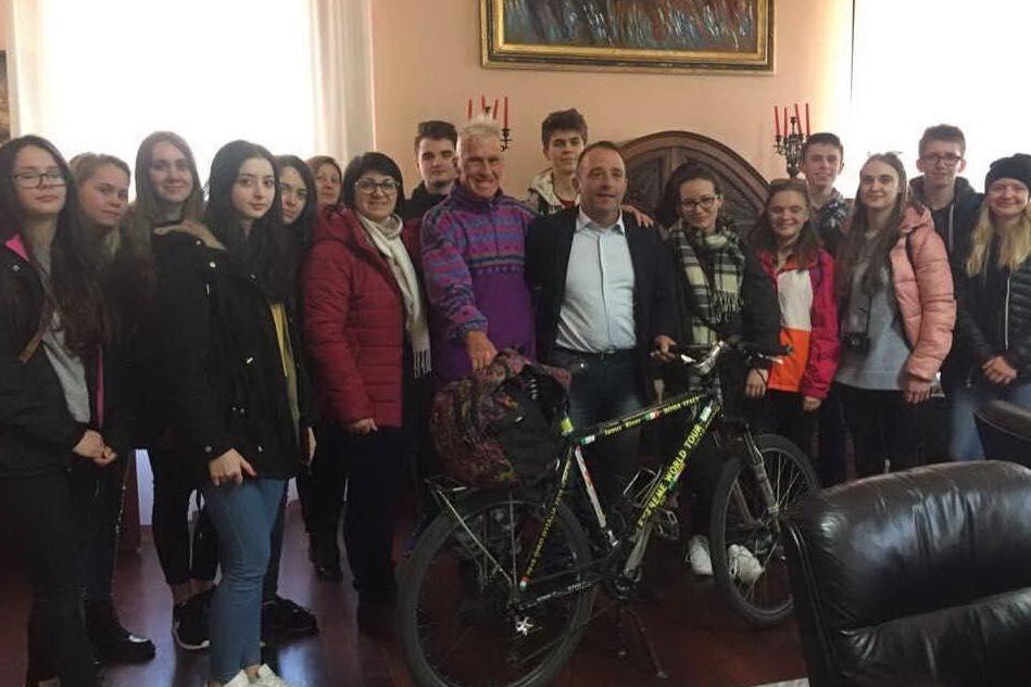 Gli studenti polacchi e il ciclista russo in visita al Comune di Oristano