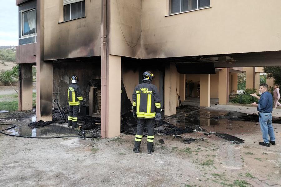 Carbonia, incendio all'esterno di un palazzo popolare