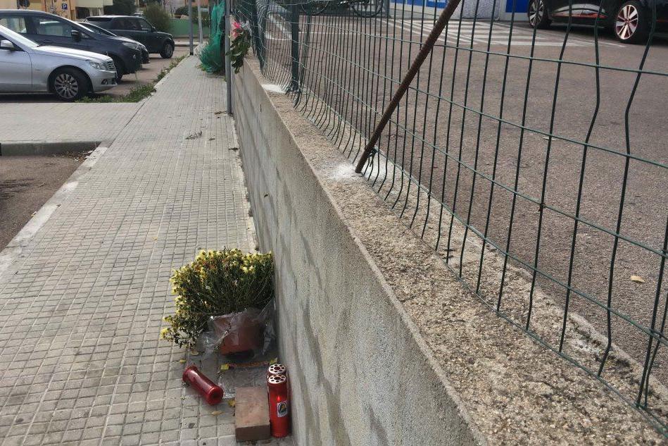 La recinzione nel parcheggio dell'incidente, installata dopo il decesso di Francesco Vargiu (foto Busia)