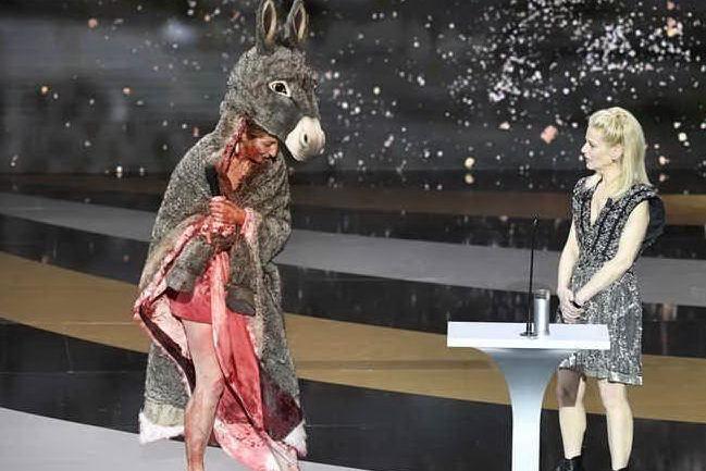 """Attrice si denuda sul palco durante la consegna degli """"Oscar"""" francesi"""