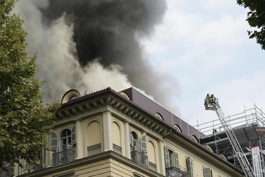 Palazzo in fiamme a Torino, scoppiano le bombole di gas: trenta intossicati