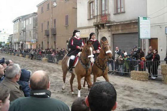 Macomer, venerdì la sfilata a cavallo in costume sardo