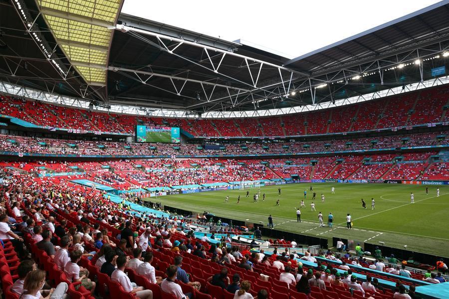 Paura a Wembley: tifoso cade dagli spalti,è grave
