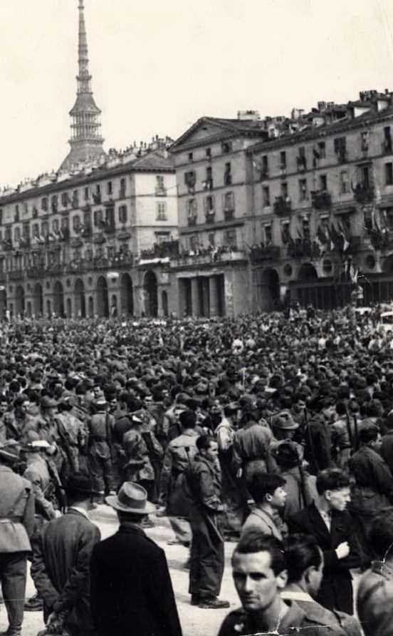 La manifestazione del 6 maggio 1945 a Torino (foto Wikipedia)