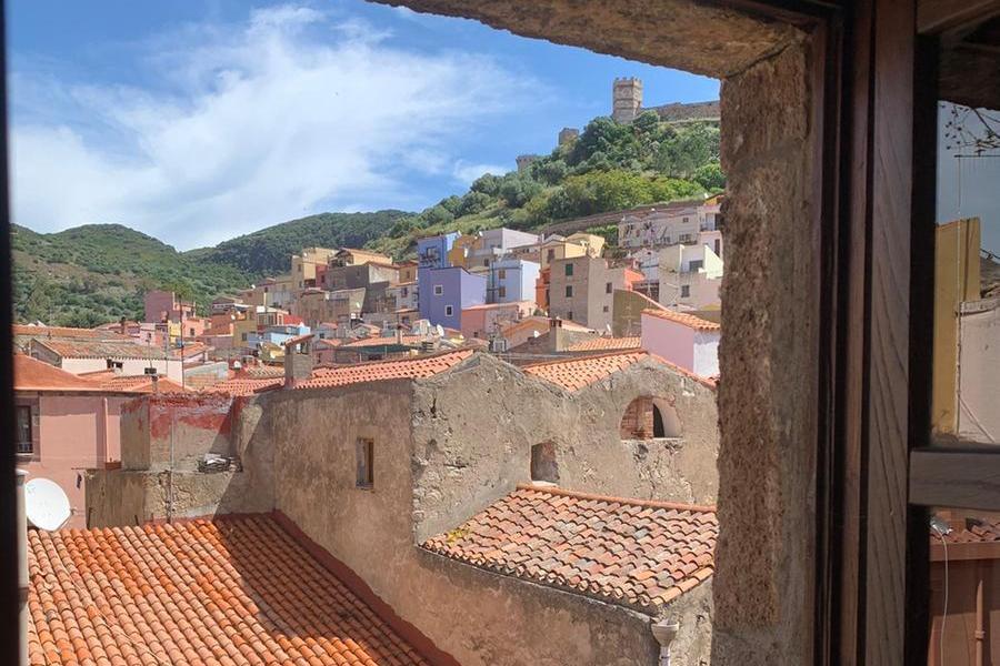 Una veduta del Castello dei Malaspina da Casa Deriu (foto archivio L'Unione Sarda)