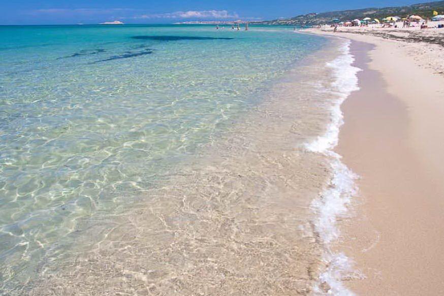 """Apre la prima spiaggia, a Badesi: """"Ok corse e camminate, no bagni"""""""