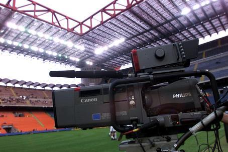 Il calcio in tv va in mille pezzi e ai tifosi restano solo i cocci