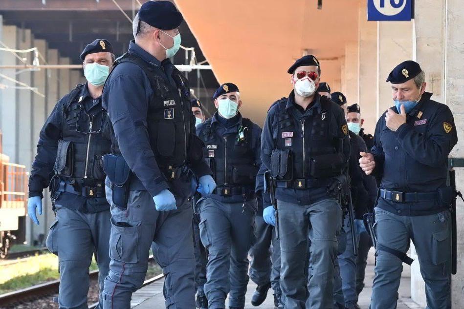 Agenti con le mascherine (Archivio L'Unione Sarda)
