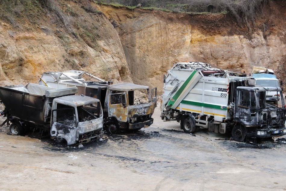 Attentati ai camion dei rifiuti a Tonara - foto Locci