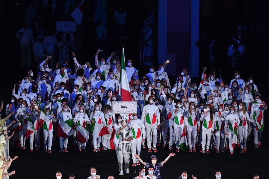 Via alle Olimpiadi: Naomi Osaka accende il braciere, Rossi e Viviani portabandiera azzurri