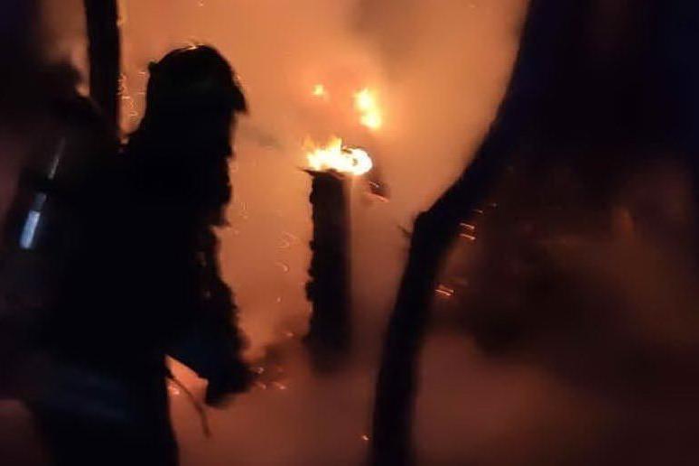 Incendio a San Giovanni di Posada, danneggiato un chiosco bar