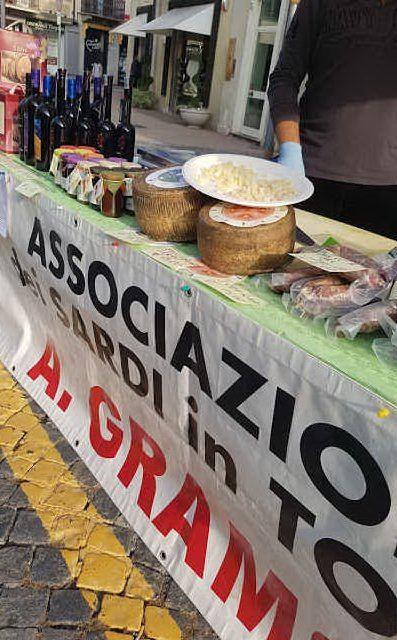 Uno dei banchetti con i prodotti della gastronomia isolana durante la Fiera