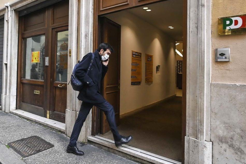 """Il Pd taglia i ponti con Renzi. Ma per lui """"non è finita"""""""
