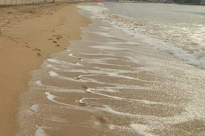 Un'onda lo trascina al largo: inutili i soccorsi per un uomo di 38 anni