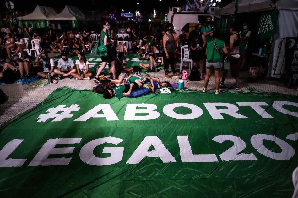 Festeggiamenti in Argentina dopo la legalizzazione dell'aborto (foto Ansa/Epa)