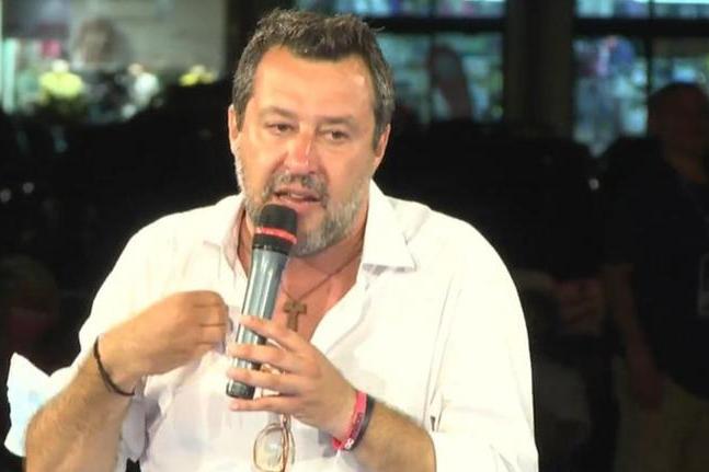 """Salvini: """"Il governo blocchi gli sbarchi o sostenerlo sarà un problema"""""""