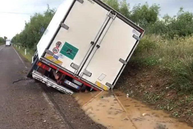 Piogge torrenziali, il camion finisce in una cunetta