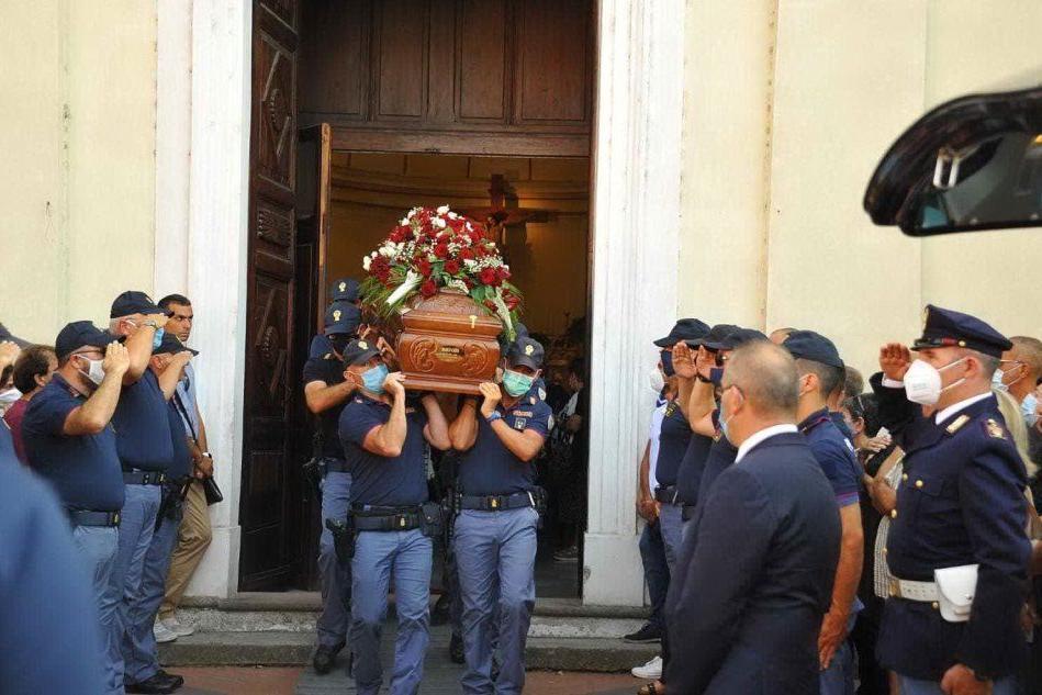 Sirene e inno di Mameli: a Simaxis i funerali del poliziotto morto nell'incidente