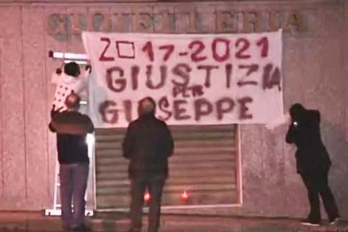 """Sorgono, uno striscione per chiedere: """"Giustizia per Giuseppe Manca"""""""