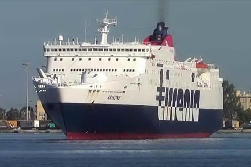 Una nave Tirrenia (archivio L'Unione Sarda)