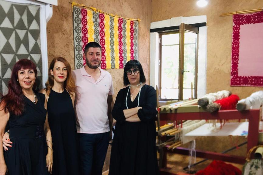 Le sorelle Marras con il sindaco di Ittiri (Foto Tellini)
