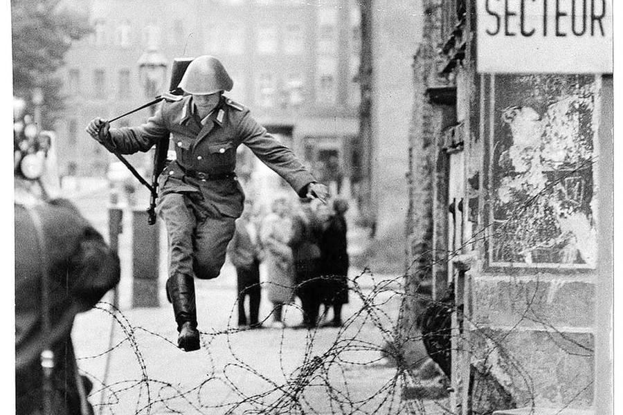 Sessant'anni fa il Muro di Berlino: storia tragica del primo eroe che riuscì a sfuggireal regime