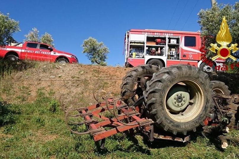 Il trattore finisce nella scarpata, muore un 50enne
