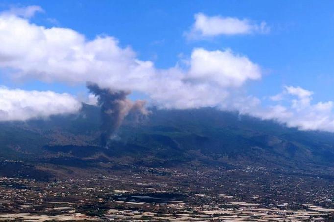 Erutta un vulcano alle Canarie: fumo nero, lava e terremoti