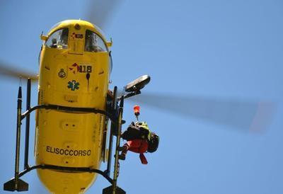 Un elicottero in azione col verricello che preleva una barella con assistente medico (L'Unione Sarda)