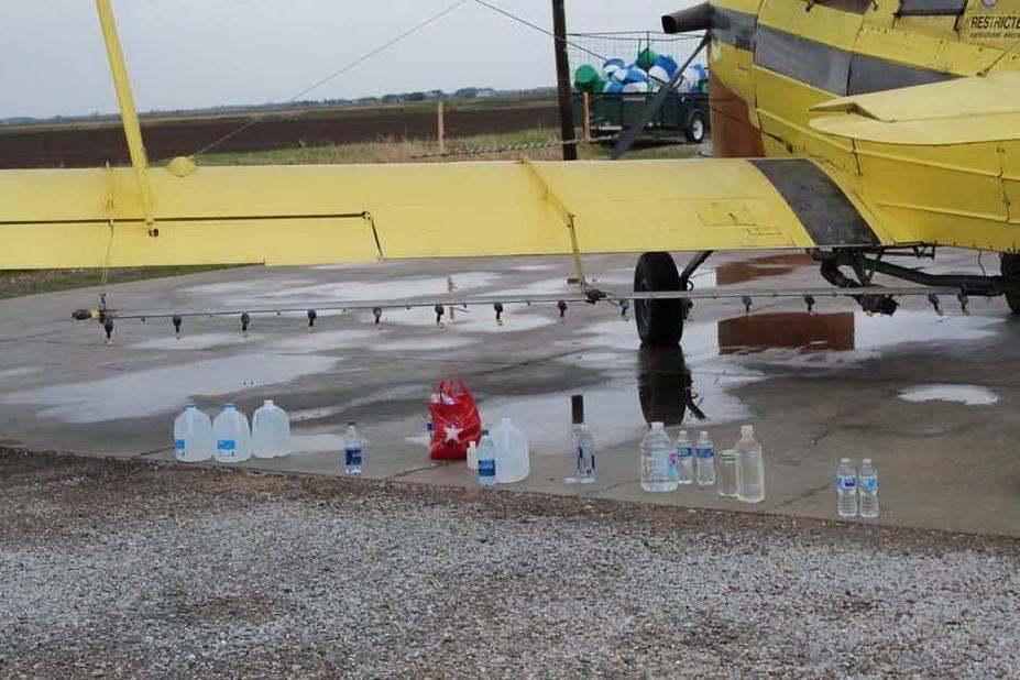 Il prete usa l'aereo per spargere acqua santa sulla comunità