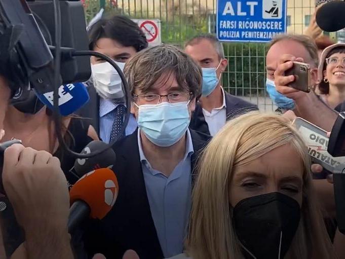 Carles Puigdemont esce dal carcere di Bancali (L'Unione Sarda - Calvi)