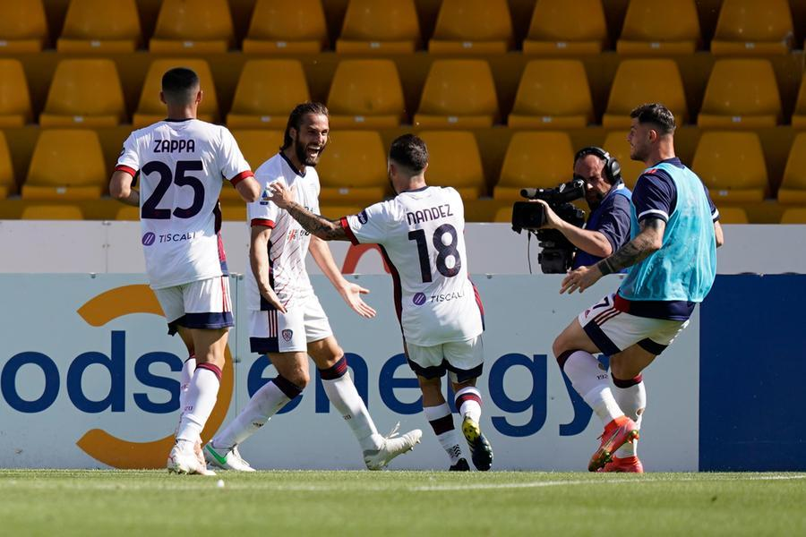 Il Cagliari soffre per un tempo, poi si scatena Nandez: a Benevento finisce 1-3
