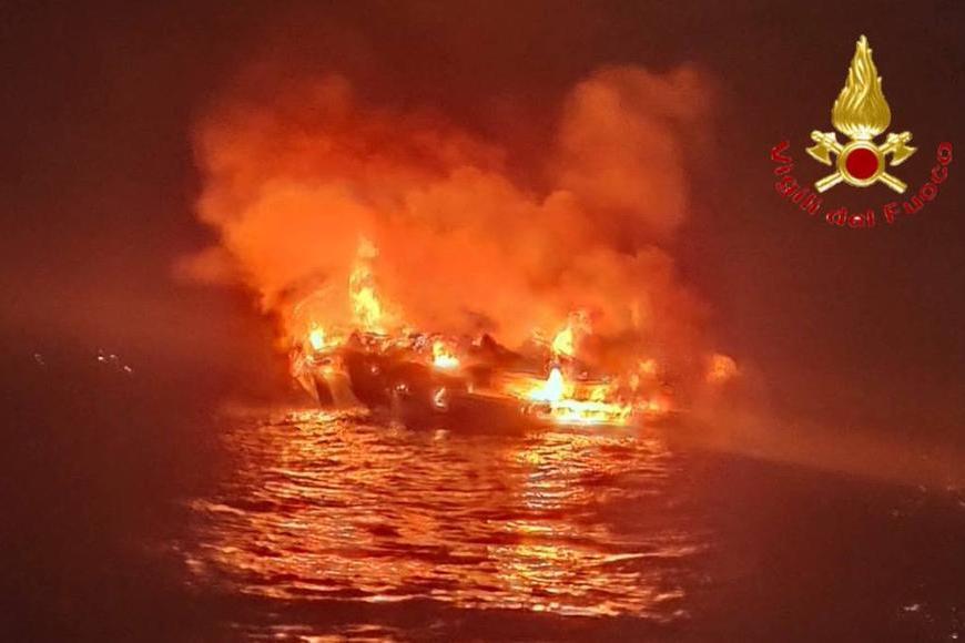 Grossa imbarcazionein fiamme davanti alle coste di Siniscola: 4 persone in salvo, il natante è affondato