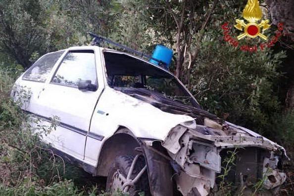 Osini, auto esce di strada e finisce nella scarpata: un ferito grave