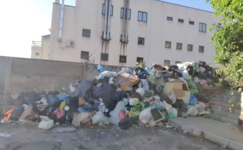 Un cumulo di rifiuti a Cagliari (foto \r Partito Democratico, Sinistra per Cagliari e Progetto Comune)