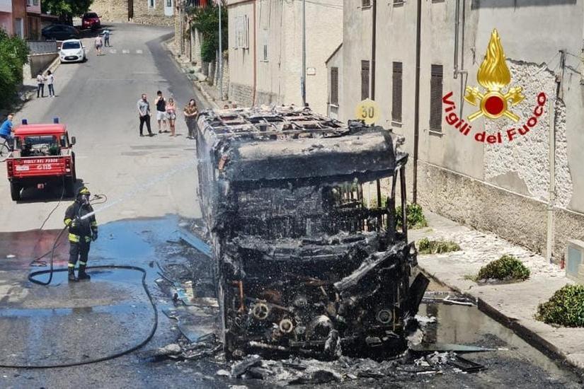 Autobus Villamar-Mandas in fiamme, l'autista mette in salvo 15 studenti