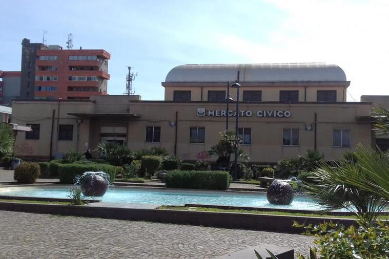 Casalinga cade al mercato civico di Carbonia: interviene l'ambulanza