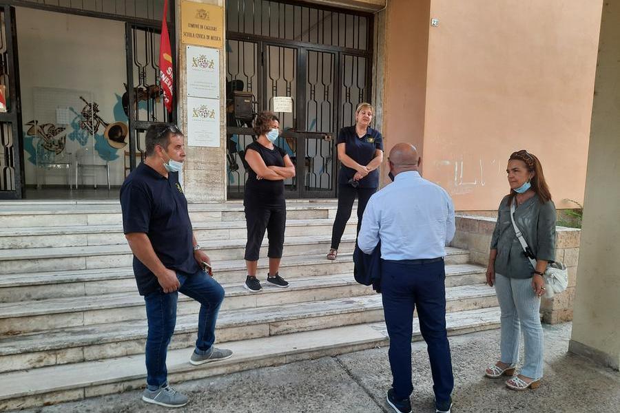 Cagliari, lavoratori disperati occupano la scuola civica di musica. Paura per una bottiglia di benzina