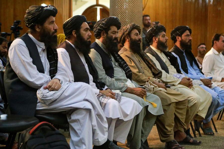 Kabul, issata la bandiera dei talebani al palazzo presidenziale