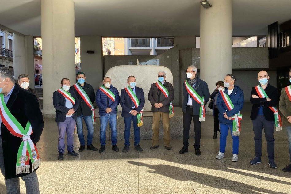 I sindaci sotto il palazzo del Consiglio regionale in via Roma a Cagliari (foto Murgia)